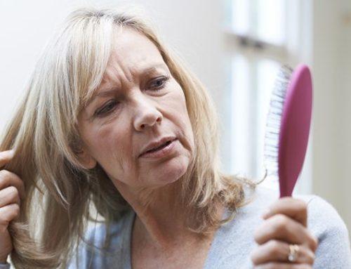 Odhalte 7 unikátních tipů, jak vyzrát na vypadávání vlasů po 40