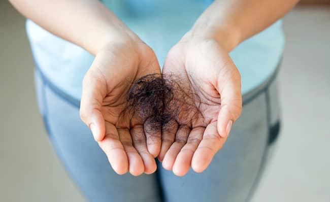 Padání vlasů v menopauze: 5 tipů, jak tomu předejít